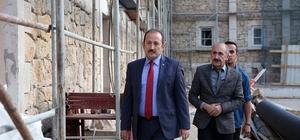 Vali Pehlivan tarihi askeri binada yürütülen restorasyon çalışmalarını inceledi