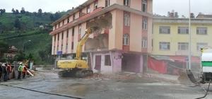 Dere yatağındaki 7 katlı binanın ardından 4 katlı bina da yıkılıyor Rize'nin Muradiye Beldesi'nde dere yatağındaki 7 katlı binanın ardından yine dere yatağında bulunan 4 katlı binanın da yıkımı gerçekleşiyor