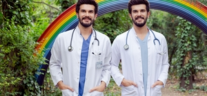 Tek yumurta ikizi doktorlar 26 yıldır hiç ayrılmadılar Aynı okuldan mezun olup aynı yere tayin oldular