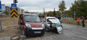 Ticari araçla otomobil çarpıştı: 1'i ağır 3 yaralı