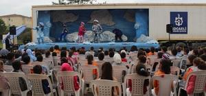 (Özel Haber) Tır dorsesinde kurulan sahne, köy çocuklarını tiyatro ile buluşturuyor Gezici Tır Tiyatrosu, 13 yılda 100 bin kişiyi tiyatro ile tanıştırdı Kırsal kesimlerdeki çocuklar, gezici tiyatro ile bilinçleniyor