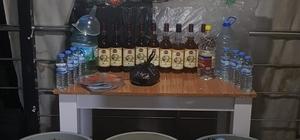 Denizli'de sahte içkiden 2 kişi öldü, 2 kişi kör oldu 4 İranlı içtikleri sahte alkolden zehirlenince polis harekete geçti Polis 2 İranlı şahsın sahte alkolden ölmesi üzerine operasyon başlattı Polis düzenlediği operasyonda 2 bin litre kaçak içki ele geçirdi