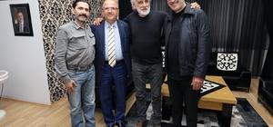 Cem Özer, film setinde ayağını kırdı
