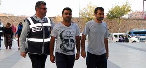 """Hırsızlık şüphelisi: """"Çek bizi, çek en güzel şekilde çek"""" Nevşehir'de tırnakçılık yapan 4 şahıs yakalandı Yakalanan zanlılardan 1'i kendini görüntüleyen muhabire, """"Çek bizi, çek en güzel şekilde çek"""" diye seslendi"""