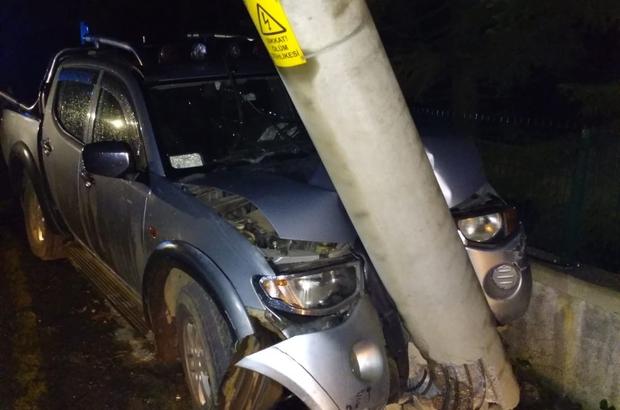 Elektrik direğine çarpan kamyonet sürücüsü kazadan burnu kanamadan kurtuldu