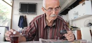 Gazeteleri işte böyle okuyor 75 yaşındaki Halil İbrahim Ötegen, yakın okuma gözlüğünü kaybedince ilginç bir yönteme başvurdu ve gazeteleri tam 11 yıldır büyüteçle okuyor