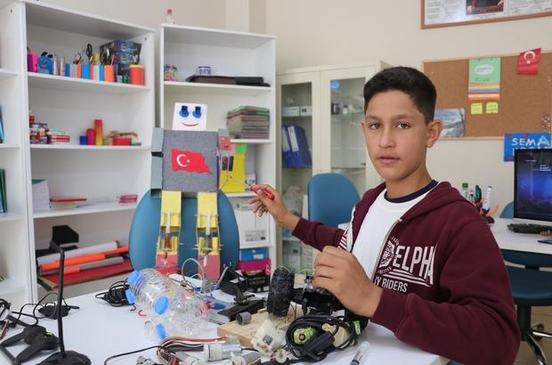 (Özel Haber) Savaş mağduru Suriyeli Ahmet'in tasarımları görenleri şaşırtıyor 14 yaşındaki Suriyeli Ahmet atık malzemelerden üretim yapıyor Ahmet, havada, karada ve denizde giden araç üretmek istiyor