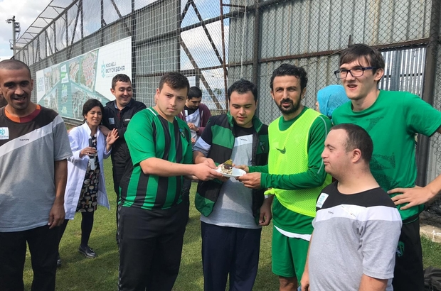 Özel öğrencilerden futbolculara pasta ikramı