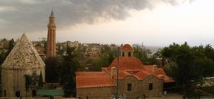 Antalya'da 20 saatte iki farklı görüntü Dün akşam yağmurun etkili olduğu kentte bugün güneşli havayı fırsat bilen vatandaşlar sahilleri doldurdu