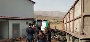 Tır çiftlik duvarına çarptı: 1 ölü