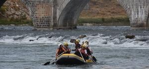 Muş'ta su sporları şenliği Tarihi Murat Köprüsü'nde rafting, kano ve müzik şöleni