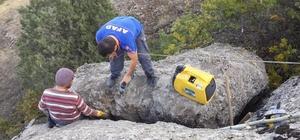 Kayanın arasına sıkışan yavru keçi 2 saatlik operasyonla kurtarıldı Kurtarma operasyonu için kayalık alana jeneratör ve hilti taşındı