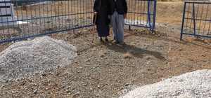 Ölmeden mezarlarını kazdılar Sivas'ta yaşayan 60 yıllık evli çift, vefat ettiklerinde konu komşuya yük olmamak için hayattayken kendi mezarlarını kazdırdılar