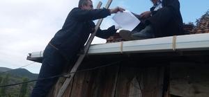 Postacı, muhtara evrak teslim etmek için çatıya çıktı
