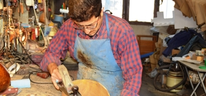 """UNESCO ödüllü babasının bıraktığı mesleği devam ettiriyor Ünlü sanatçıların saz ustasının oğlu Mehmet Tekeli, saz yapımını sürdürüyor Saz Ustası Mehmet Tekeli: """"Kültürümüzü yaşatmak herkesin görevi"""""""