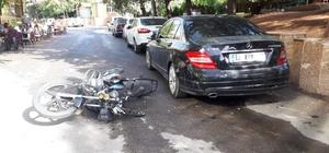 Motosiklet park halindeki otomobile çarptı: 1 yaralı