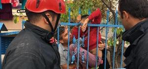 Korkuluk demiri çocuğun koluna saplandı Aksaray'da oyun oynarken kolu korkuluk demirlerine saplanan çocuk itfaiye ekiplerinin müdahalesi ile kesilen demirle hastaneye kaldırıldı