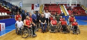 Eski milli basketbolculardan engellilere anlamlı destek Harun Erdanay ile Aylin Yıldızoğlu tekerlekli sandalyeye oturarak engelli sporcularla maç yaptı