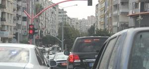 Vali Demirtaş'ın kırmızı ışık hassasiyeti Adana Valisi Mahmut Demirtaş, normal bir vatandaş gibi trafik kurallarına uyarak kırmızı ışıklarda bekliyor