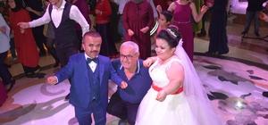 130 santimlik damat ve gelin dünya evine girdi İkilinin düğünü renkli görüntülere sahne oldu