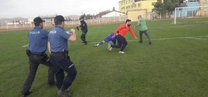 Mardin 1. Amatör Ligi maçında kavga Birbirine giren taraftarlara polis ekipleri biber gazı ile müdahale etti