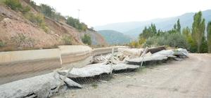 HES kanalı karton gibi parçalandı Sivas'ın Koyulhisar ilçesinde meydana gelen toprak kayması, HES kanalının karton gibi parçalanmasına neden oldu