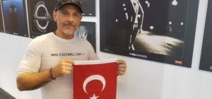 Köln'deki Photokina 2018 Fuarı'nda Türk bayrağı açtı, ilgi gördü Türk bayrağı açan fotoğraf sanatçısına büyük ilgi