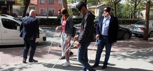 Bir dakikalığına görme engelli oldular Konya'da görme engelliler çeşitli etkinlikler gerçekleştirdi, gazeteciler empati kurmak için bir dakikalığına görme engelli oldu