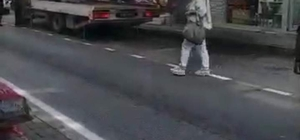 Çekicinin iş kazası kamerada Çekicinin halatı koptu, düşen otomobil hasar gördü O esnada oradan geçen bir kadın ezilmekten son anda kurtuldu