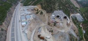 Yeni Zigana Tüneli'nde havalandırma şaftları imalatı tünel çalışmalarını yavaşlatıyor Dünyanın en uzun ikinci, Avrupa ve Türkiye'nin en uzun çift tüplü karayolu tüneli olan yeni Zigana Tünelinde kazı işleri yüzde 48 oranında tamamlandı