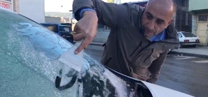 Kars'ta soğuk hava nedeniyle araçların camları buz tuttu