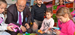 Minikler başkan amcalarıyla oyun oynadı İznik Belediyesi'nden eğitime destek
