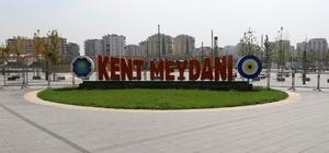 Diyarbakır Gençlik Festivali çalışmaları devam ediyor Cumhurbaşkanı Erdoğan'ın da katılıp şöhretler karması ile futbol oynayacağı etkinlikler öncesi hummalı çalışmalar devam ediyor Kent Meydanı'nda yapılacak olan festival öncesi stant ve platforma yerleştirme işlemi sürüyor Cumhurbaşkanı Erdoğan'ın futbol oynayacağı Diyarbakır stadında ise iyileştirme çalışmalarına başlandı
