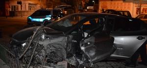 Kiraladığı araçla 2 direği yerinden söken sürücü ağır yaralandı