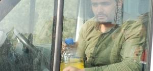 Benzin dolu bidonla kendisini araca kilitledi Tokat'ta iki köy arasında uzun bir süredir devam eden anlaşmazlık nedeniyle yolsuz kalan köylülerden Musa Bal, benzin dolu bidonla kendisini pikaba kilitleyerek eylem yaptı
