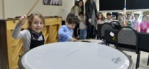 Minikler müzik aletlerini tanıdı Çocuk Senfoni Orkestrası Eğitim ve Çalışma Merkezi'nin küçük misafirleri