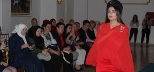 Bosnalı misafirler yöresel kıyafetler defilesini ilgiyle izledi