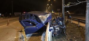 Otomobil bariyerlere ok gibi saplandı Bariyerlere çarpan otomobil sürücüsü hayatını kaybetti