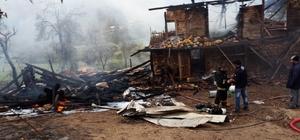 Pekmez kazanından sıçrayan ateş 2 ev 1 ağılı küle çevirdi Kışa hazırlık yapan yaşlı çiftin evleri küle döndü