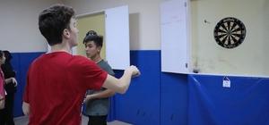 Hedefi 12'den vurmak için ter döktüler Dart turnuvasına öğrencilerden yoğun ilgi