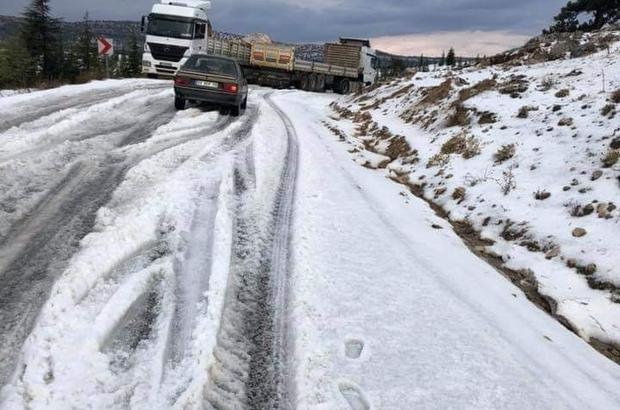 Kar değil dolu Mersin'in yüksek kesimlerinde şiddetli dolu yağışı nedeniyle kar manzaralarını andıran görüntüler ortaya çıkardı Sürücüler yolda oluşan dolu tabakası sebebiyle zor anlar yaşadı