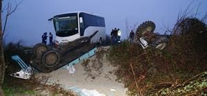 İşçileri taşıyan otobüs ile küspe yüklü traktör çarpıştı: 12 Yaralı