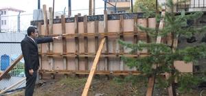 Yıkılan bahçe duvarı yeniden yaptırıldı