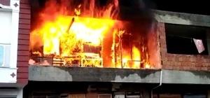 Boş bina çıkan yangında alev alev yandı Binayı mesken olarak kullanan yaşlı adam yangını çaresiz gözlerle izledi