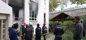 Şarjdaki cep telefonu 7 kişilik Suriyeli ailenin evini kül etti Yangında binada bulunan 4 kişi dumandan etkilenerek hastanelik oldu Suriyeli anne yanan evini gözyaşları içinde izledi