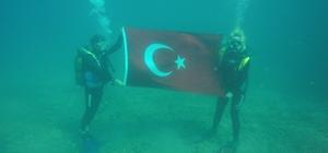 """Denizin altında otizme dikkat çekip, Cumhuriyet Bayramı için Türk bayrağını dalgalandırdılar AKODER Başkanı Demet Çileli Baz: """"Bayrağımı dalgalandırmanın gururunu yaşıyorum"""""""