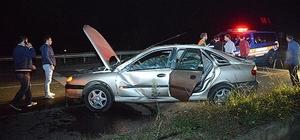 Takla atarak sinyal direğine çarpan otomobilden burnu bile kanamadan çıktılar
