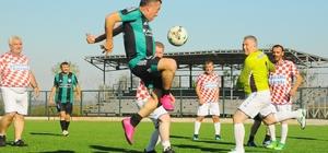 Sakarya'da Cumhuriyet coşkusu yeşil sahalara taştı 29 Ekim Cumhuriyet Bayramı kapsamında Ferizli'de dostluk maçı yapıldı
