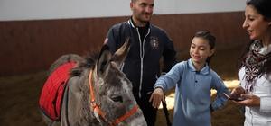 """Eskişehir'de engelli çocuklara atlı terapi AK Parti Eskişehir Milletvekili Emine Nur Günay: """"Buranın tedavide önemli bir rolü olacağına inanıyoruz"""" Eskişehir İl Sağlık Müdürü Doç. Dr. Uğur Bilge: """"Hippoterapi 2 bin 500 yıllık geçmişi olan bir tedavi olarak biliniyor"""""""