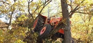 Odun yüklü traktör, ağaçlara çarparak durabildi: 2 yaralı